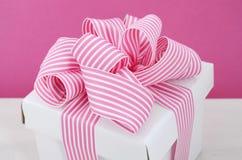 Szczęśliwy matka dnia prezenta biały pudełko z menchiami paskuje faborek Zdjęcie Stock
