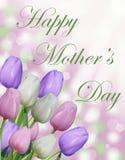 Szczęśliwy matka dnia tekst z różowymi tulipanami i abstrakcjonistycznym bokeh tłem purpurowymi i białymi Fotografia Stock