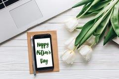 Szczęśliwy matka dnia teksta znak na telefonu ekranie, laptop i tulipan Fotografia Royalty Free