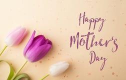 Szczęśliwy matka dnia znak i kwiatu skład piękny taniec para strzału kobiety pracowniani young Obraz Royalty Free