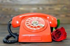 Szczęśliwy matka dzień: Rocznik czerwieni telefon i czerwieni róża Obraz Royalty Free