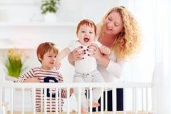 Szczęśliwy matki cieszyć się macierzyński, bawić się z dzieciakami w domu Fotografia Royalty Free