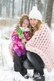Szczęśliwy matki i córki odprowadzenie w Śnieżnym lesie, Pastelowych menchii Merynosowej wełny Gigantyczna koc, zimna pogoda zdjęcie stock