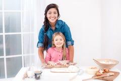 Szczęśliwy matki i córki pieczenie zdjęcie royalty free