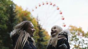 Szczęśliwy matki i córki taniec blisko Ferris toczy wewnątrz jesień parka zdjęcie wideo
