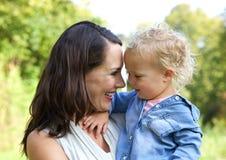 Szczęśliwy matki i dziecka ono uśmiecha się twarz w twarz Zdjęcia Stock