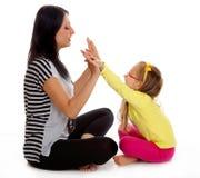 Szczęśliwy matki i małej dziewczynki bawić się odizolowywam Fotografia Royalty Free