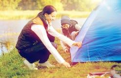 Szczęśliwy matki i syna utworzenia namiot outdoors Obraz Royalty Free