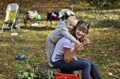 szczęśliwy matki parka syn Fotografia Royalty Free