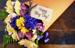 Szczęśliwy May dnia tradycyjny prezent wiosna kwiaty Zdjęcie Royalty Free