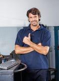 Szczęśliwy mechanik Gestykuluje Thumbsup Przy Remontowym sklepem Obrazy Stock