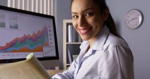 Szczęśliwy Meksykański bizneswoman patrzeje kamerę z notatkami Obraz Royalty Free