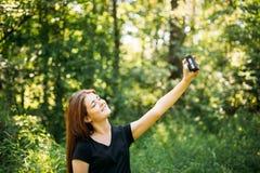 Szczęśliwy Miedzianowłosy Kaukaski dziewczyny młodej kobiety fotograf Bierze obrazkom Starą Retro rocznika filmu kamerę Zdjęcie Stock