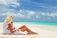 Szczęśliwy miesiąca miodowego wakacje przy rajem Para relaksuje obraz royalty free