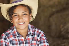 Szczęśliwy Mieszany Biegowy amerykanin afrykańskiego pochodzenia dziewczyny dziecka kowbojski kapelusz Fotografia Stock