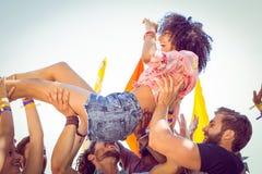 Szczęśliwy modniś kobiety tłumu surfing Obrazy Royalty Free