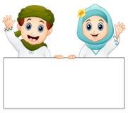Szczęśliwy Muzułmański dzieciaka mienia pustego miejsca znak i falowanie ręka ilustracja wektor