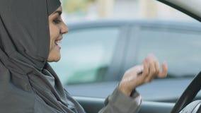 Szczęśliwy Muzułmański kobiety mienie wpisuje, wyprostowywa żeńscy kierowcy w islamu, samochodowy zakup zdjęcie wideo