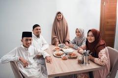 Szcz??liwy muzu?ma?ski mie? go?? restauracji przerwy zamocowanie na Ramadan w domu zdjęcia royalty free