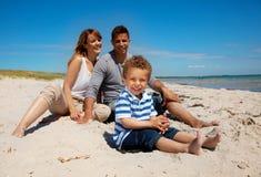 Szczęśliwy na Plaży TARGET273_0_ mieszana Biegowa Rodzina zdjęcie royalty free