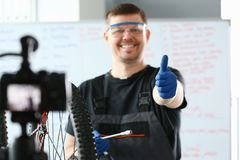 Szczęśliwy naprawiacz Pracuje na Nowożytnym Halnym bicyklu zdjęcia royalty free