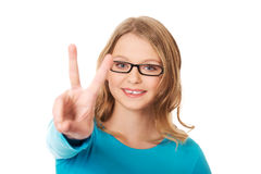 Szczęśliwy nastolatek pokazuje zwycięstwo znaka Zdjęcie Royalty Free