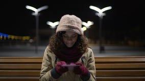 Szczęśliwy nastolatka obsiadanie w parka, dopatrywania i komentowania fotografiach w ogólnospołecznych środkach, zbiory wideo