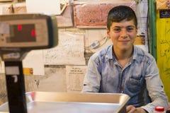 Szczęśliwy nastolatka sprzedawcy asystent w Honeycomb sklepie Obraz Stock