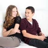 Szczęśliwy nastoletni chłopak i dziewczyna śmia się wpólnie obraz stock