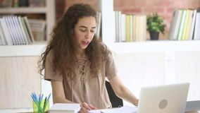 Szczęśliwy nastoletni dziewczyna ucznia studiowanie z online nauczycielem na laptopie zbiory wideo