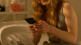 Szczęśliwy nastoletni dziewczyny mienia smartphone, gawędzenie z chłopakiem, pierwszy powiązania zbiory wideo