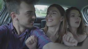 Szczęśliwy nastoletni mężczyzna bierze selfie wideo leje się z parą tanczy śmieszne szalone dziewczyny podczas gdy one iść na wak zbiory