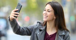 Szczęśliwy nastoletni mieć wideo wezwanie w ulicie zdjęcie wideo