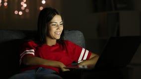 Szczęśliwy nastoletni mieć wideo wezwanie z laptopem w nocy zbiory