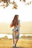 Szczęśliwy nastoletni pary obejmowanie Obrazy Royalty Free