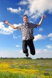 Szczęśliwy nastoletniego chłopaka doskakiwanie obrazy royalty free