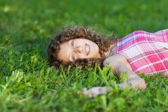Szczęśliwy nastoletniej dziewczyny lying on the beach Na trawie zdjęcia royalty free