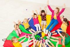 Szczęśliwy nauczyciel bawić się okrąg gry z dziećmi zdjęcia royalty free