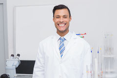 Szczęśliwy naukowiec ono uśmiecha się przy kamerą obrazy stock