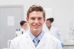 Szczęśliwy naukowiec ono uśmiecha się przy kamerą obrazy royalty free