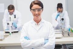 Szczęśliwy naukowiec ono uśmiecha się przy kamerą z ochronnymi szkłami zdjęcia royalty free
