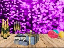 Szczęśliwy nowego roku przyjęcia stół z szampan teraźniejszość szybko się zwiększać i purpurowy confetti zaświeca tło obrazy royalty free