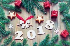 Szczęśliwy nowego roku 2018 tło z 2017 postaciami, boże narodzenie zabawki, zielone jedlinowe gałąź Nowego Roku 2018 życie wciąż Fotografia Royalty Free