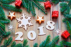 Szczęśliwy nowego roku 2018 tło z 2017 postaciami, Bożenarodzeniowe zabawki, błękitne jedlinowe gałąź Nowego Roku 2018 życie wcią Obrazy Stock