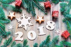 Szczęśliwy nowego roku 2018 tło z 2018 postaciami, Bożenarodzeniowe zabawki, błękitne jedlinowe gałąź Nowego Roku 2018 życie wcią Fotografia Royalty Free