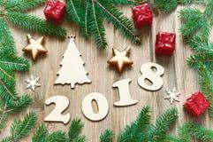 Szczęśliwy nowego roku 2018 tło z 2018 postaciami, Bożenarodzeniowe zabawki, błękitne jedlinowe gałąź Nowego roku 2018 karta Zdjęcia Stock