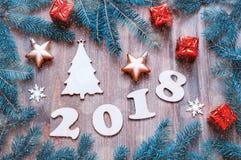 Szczęśliwy nowego roku 2018 tło z 2018 postaciami, Bożenarodzeniowe zabawki, jedlinowe gałąź Nowego Roku 2018 życie wciąż Zdjęcie Stock