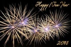 Szczęśliwy nowego roku 2018 tekst złocisty kolor i fajerwerki Fotografia Royalty Free