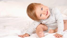 Szczęśliwy nowonarodzony dziecko uśmiechnięty i patrzeje kamerę Obrazy Royalty Free
