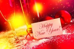 Szczęśliwy nowy rok. Białego wina i bożych narodzeń piłki z powitanie samochodem fotografia stock